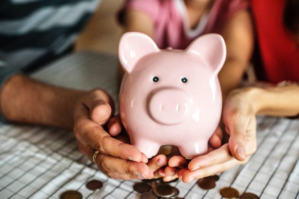 Criança junta dinheiro para pagar viagem ao amigo