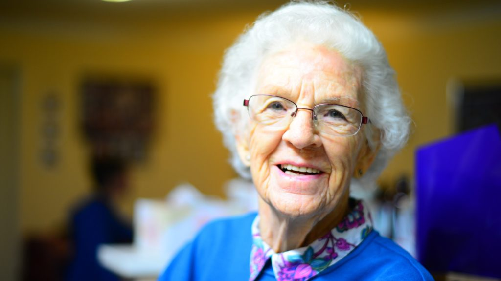 Senhora idosa sorrido para a câmera