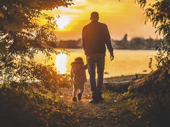 Amizade entre criança e pessoa mais velha