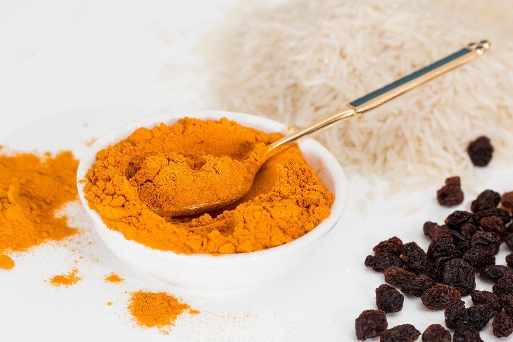 A curcumina auxilia no tratamento do Alzheimer e da Herpes.