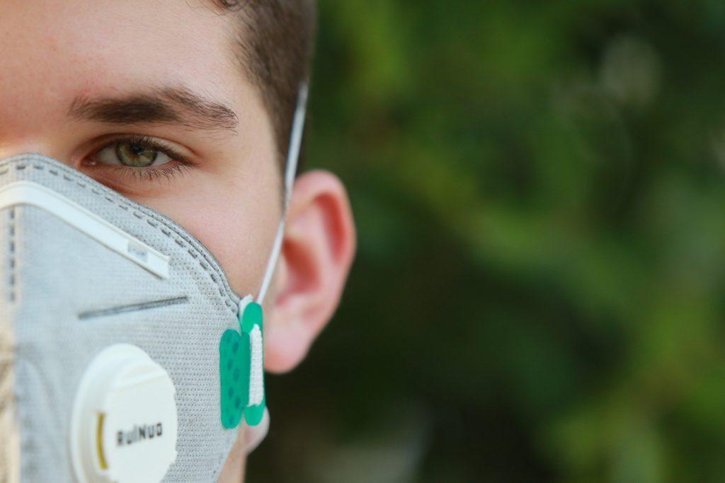 A máscara foi criada para ser colocada através de uma máscara convencional.