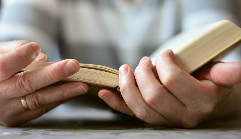 Cada leitor pode pedir apenas um livro por vez.